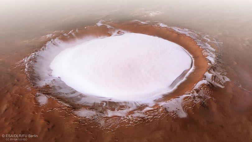 Kraterin içerisinde dev bir buz gölü de bulunuyor.