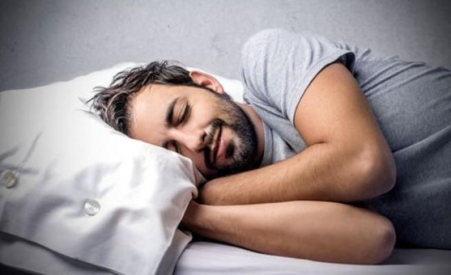Yatay şekilde uykusunu uyuyor.