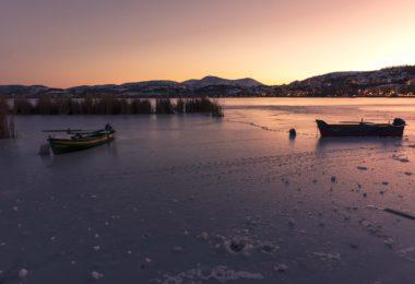 Üstten donmaya başlayan göl