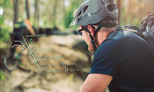 Bisiklet süren kişi gözlüğü bluetooth bağlantısı ile yön tarifi alıyor.