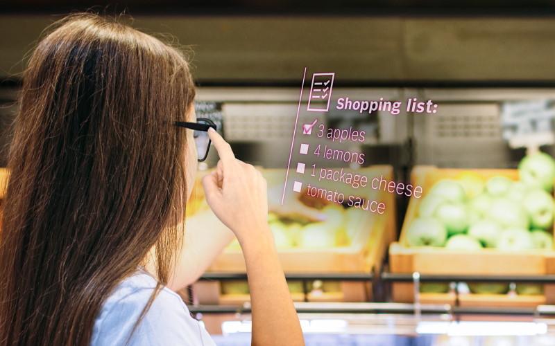 Alışveriş yapan kişi gözlüğü bluetooth bağlantısı ile malzeme listesini gösteriyor.