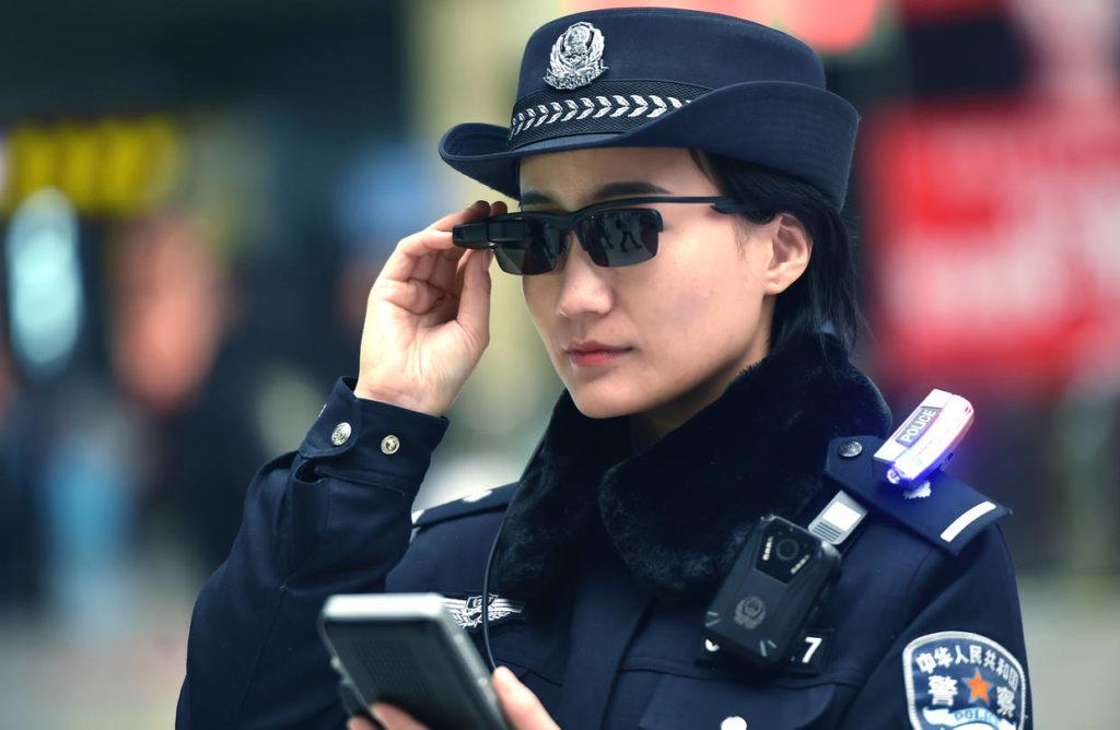 Çin de polislere gözlük verildi. Gözlük sayesinde insanalrın GBT sorgusu yapabilecek.