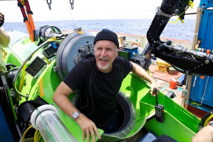 James Cameron denizaltına biyior. Mariano çukuruna dalış yapılırken Deepsea Challenger içine giriyor.