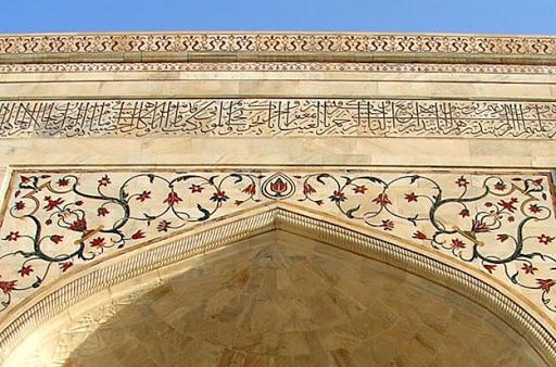 Tac Mahal'in dört yanında Yasin süresi yazıldı.