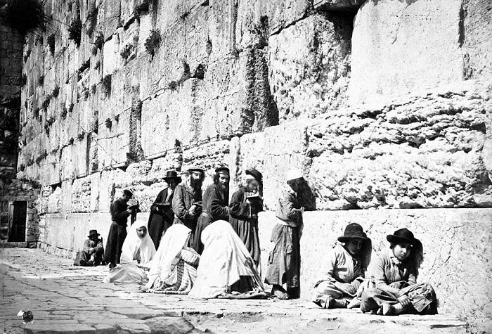 Yahudiler ağlama duvarı önünde dua ediyorlar.