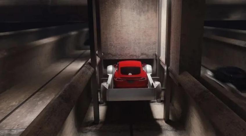 Arabalar asansör yardımıyla yer altına inidiriliyor.