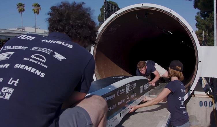 SpaceX Hyperloop Pod Competition yarışmasında tasarlanmış. Yarışmacılar produ sunum yapıyor.